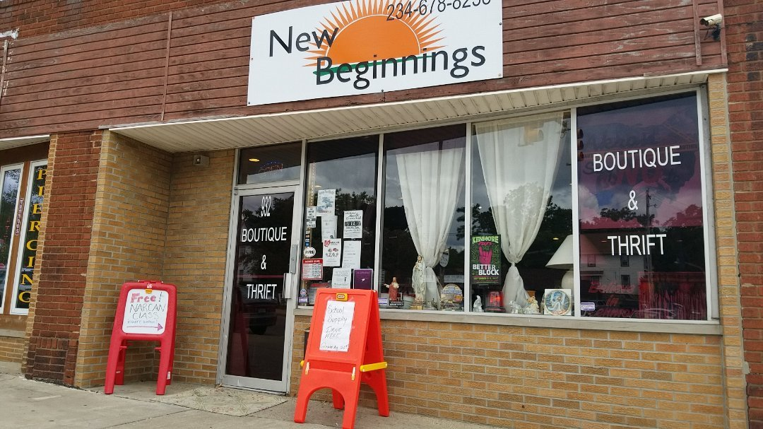 Signs advertise free Narcan class outside New Beginnings, the thrift store and boutique Tugg runs in Akron, Ohio in support of Akron Say No To Dope. (Photo by Stephanie Haney)